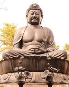 蓮の上の仏像